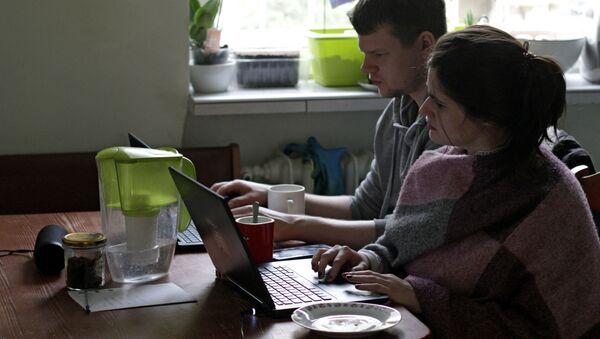 Młodzi ludzie podczas zdalnej pracy z domu w Gdyni, Polska - Sputnik Polska