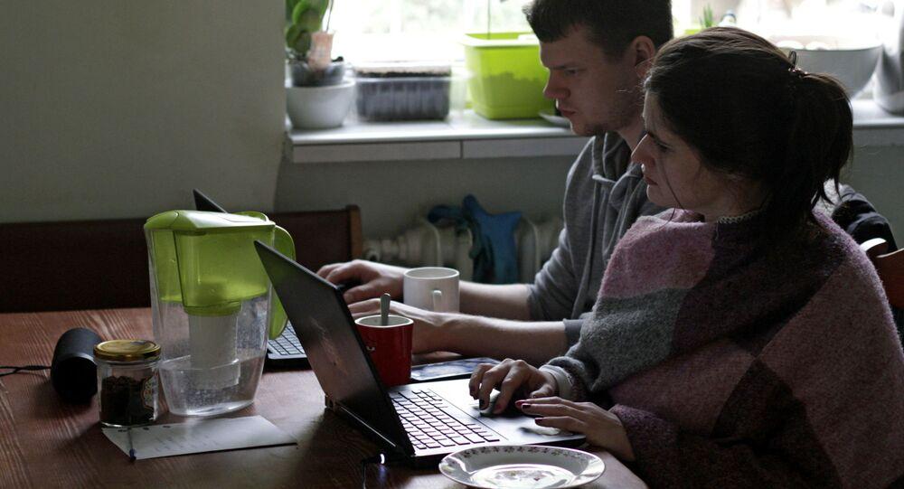 Młodzi ludzie podczas zdalnej pracy z domu w Gdyni, Polska