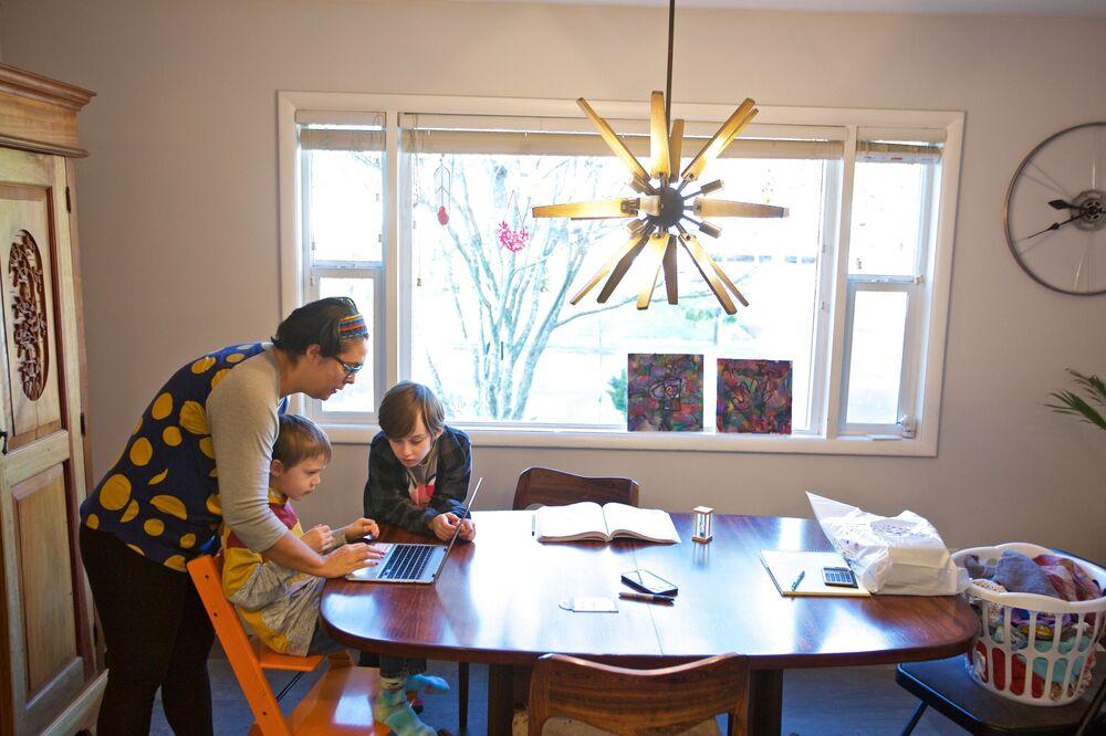 Olivia Bucks pomaga swojemu synowi Keithowi w odrabianiu lekcji z domu w Beaverton w stanie Oregon