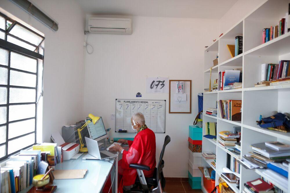Ademar Kyotooshi Sato, mnich buddyjski, pracuje w swoim domu w świątyni Shin Budista Terra Pura de Brasilia w Brasilii w Brazylii