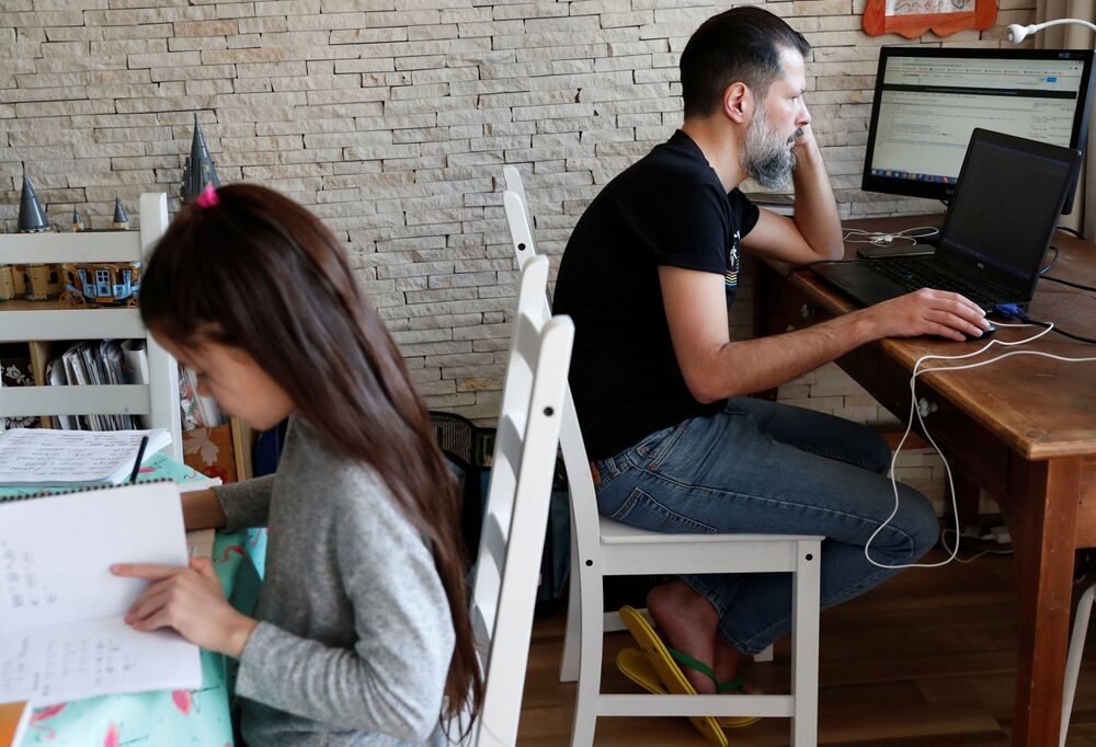 Technik informatyk pracujący zdalnie z domu w Budapeszcie na Węgrzech