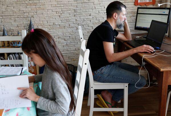 Technik informatyk pracujący zdalnie z domu w Budapeszcie na Węgrzech - Sputnik Polska