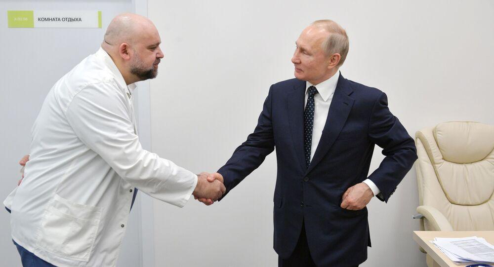 Prezydent Rosji Władimir Putin i ordynator szpitala w Komunarce Denis Procenko