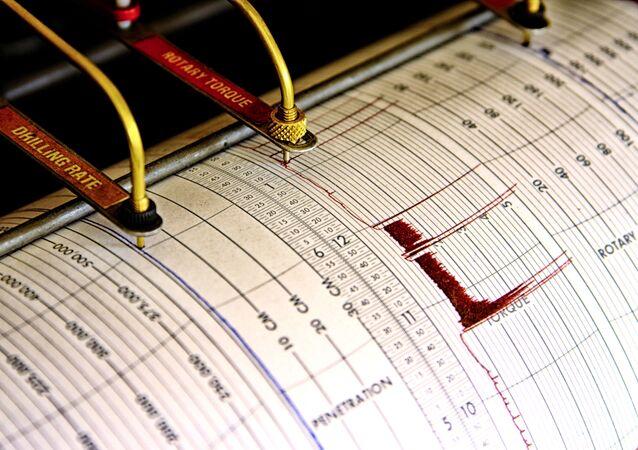 Sejsmograf odnotowuje drgania na arkuszu papieru pomiarowego