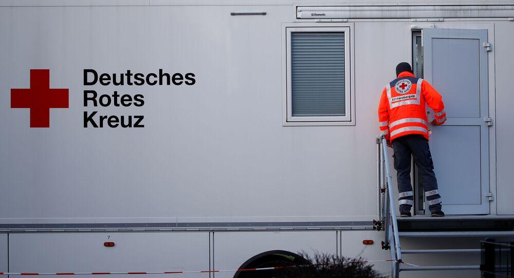 Pracownik Czerwonego Krzyża w mobilnym kompleksie medycznym
