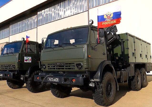 Kolumna sprzętu specjalnego z wojskowymi specjalistami Ministerstwa Obrony Rosji w bazie lotniczej sił powietrznych Włoch Praktik de Mare