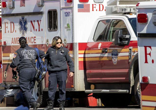 Pracownicy pogotowia ratunkowego w USA
