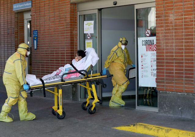 Transport chorego do szpitala Severa Ochoa w Hiszpanii