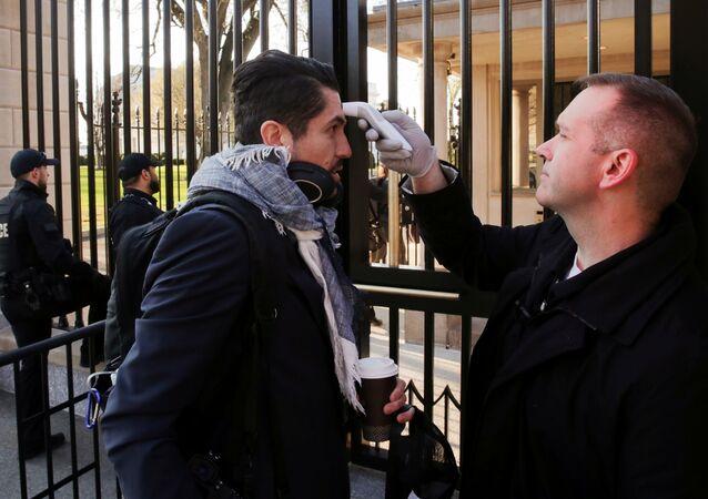 Sprawdzanie temperatury przed wejściem do Białego Domu w Waszyngtonie