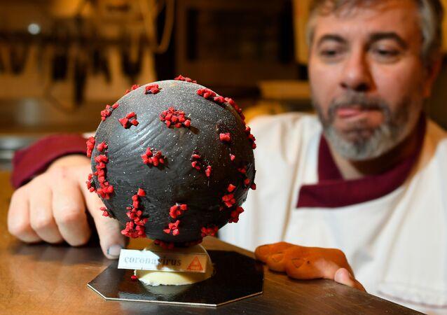 Producent czekolady Jean-Franзois Pre pokazuje jajo wielkanocne w kształcie koronawirusa