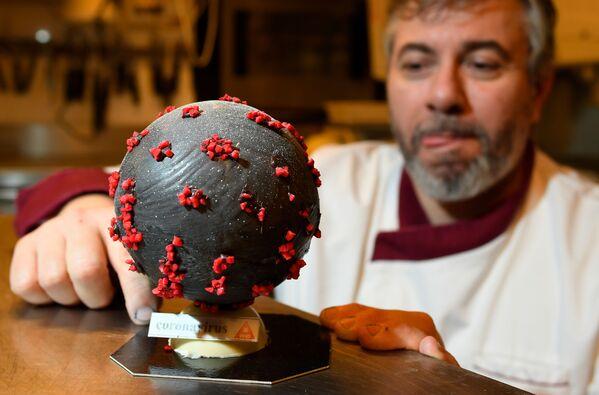Producent czekolady Jean-Franзois Pre pokazuje jajo wielkanocne w kształcie koronawirusa - Sputnik Polska