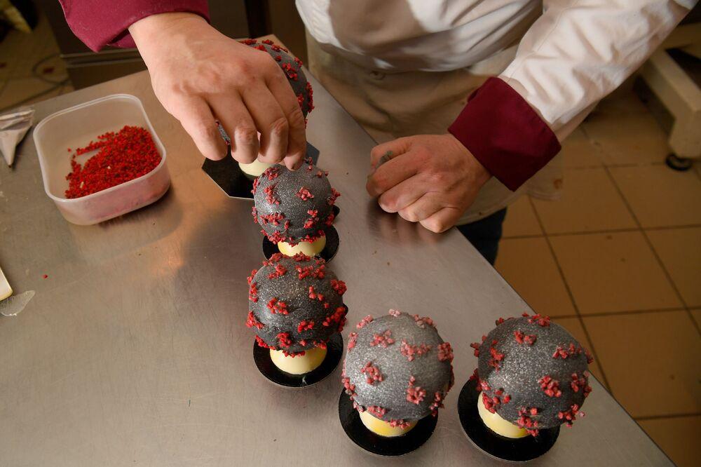 Producent czekolady Jean-Franзois Pre pokazuje jajka wielkanocne w kształcie koronawirusa