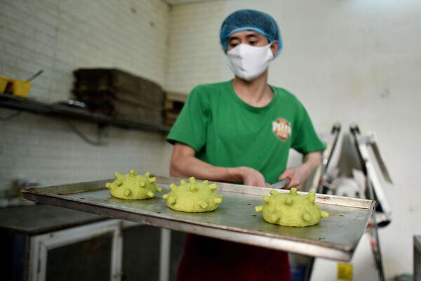 Wietnamski szef kuchni Dang Wang Hu w masce medycznej z bułeczkami w kształcie koronawirusa - Sputnik Polska