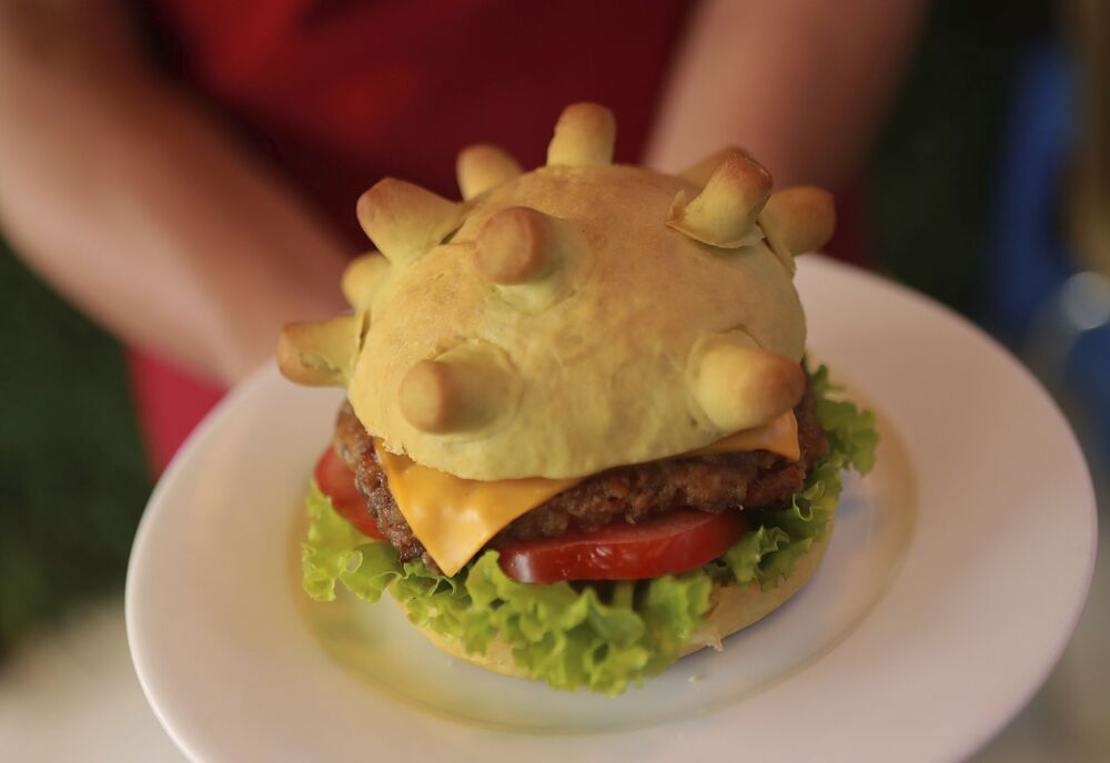 Hamburger w kształcie modelu koronawirusa w restauracji w Hanoi w Wietnamie