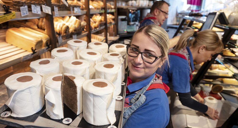 Ekspedientka piekarni w Dortmundzie z babeczkami w formie papieru toaletowego