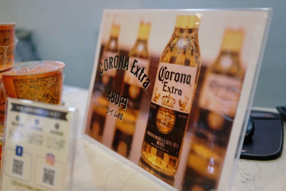 Szyld ze zniżką na piwo Corona w recepcji hotelu Osaka Corona w Japonii