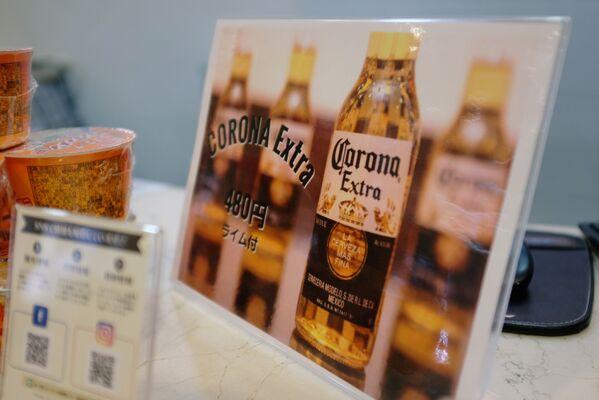 Szyld ze zniżką na piwo Corona w recepcji hotelu Osaka Corona w Japonii - Sputnik Polska