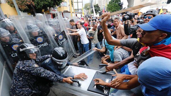 Starcia opozycji z policją w Caracas - Sputnik Polska