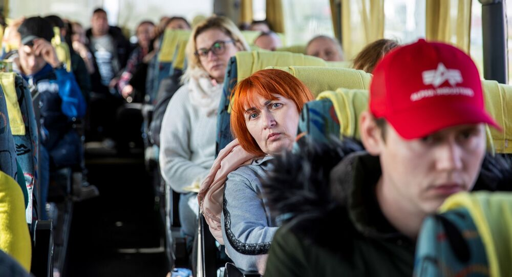 Obywatele Ukrainy czekają w autobusie w kolejce na granicy