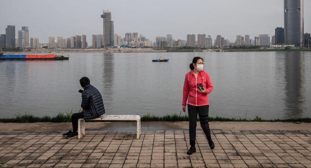 Mieszkańcy Wuhan w maskach medycznych w parku Hankou Beach.