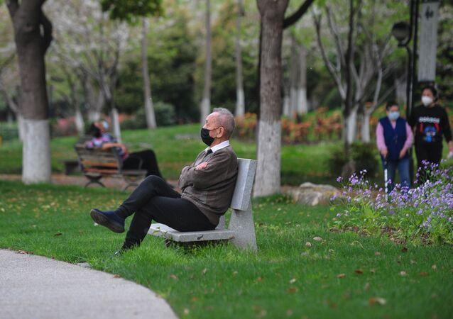 Mężczyzna siedzi w parku