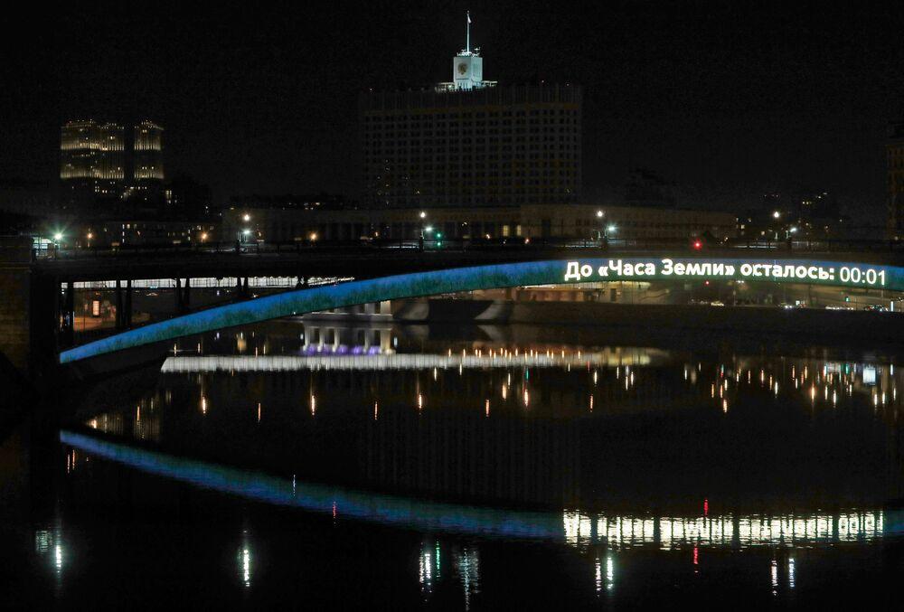 Siedziba rządu Federacji Rosyjskiej, tzw. Biały Dom, przed i po wyłączeniu oświetlenia w ramach akcji ekologicznej Godzina dla Ziemi.