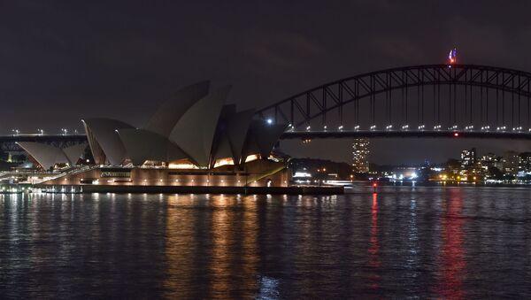 Opera w Sydney przed i po wyłączeniu oświetlenia w ramach akcji ekologicznej Godzina dla Ziemi - Sputnik Polska