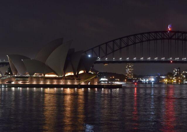 Opera w Sydney przed i po wyłączeniu oświetlenia w ramach akcji ekologicznej Godzina dla Ziemi.