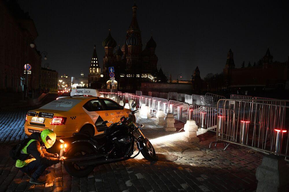 Plac Czerwony w Moskwie po wyłączeniu oświetlenia w ramach akcji ekologicznej Godzina dla Ziemi.