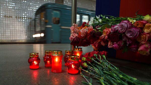 Kwiaty na stacji metra Park Kultury w Moskwie ku pamięci ofiar zamachu z 29 marca 2010 roku - Sputnik Polska