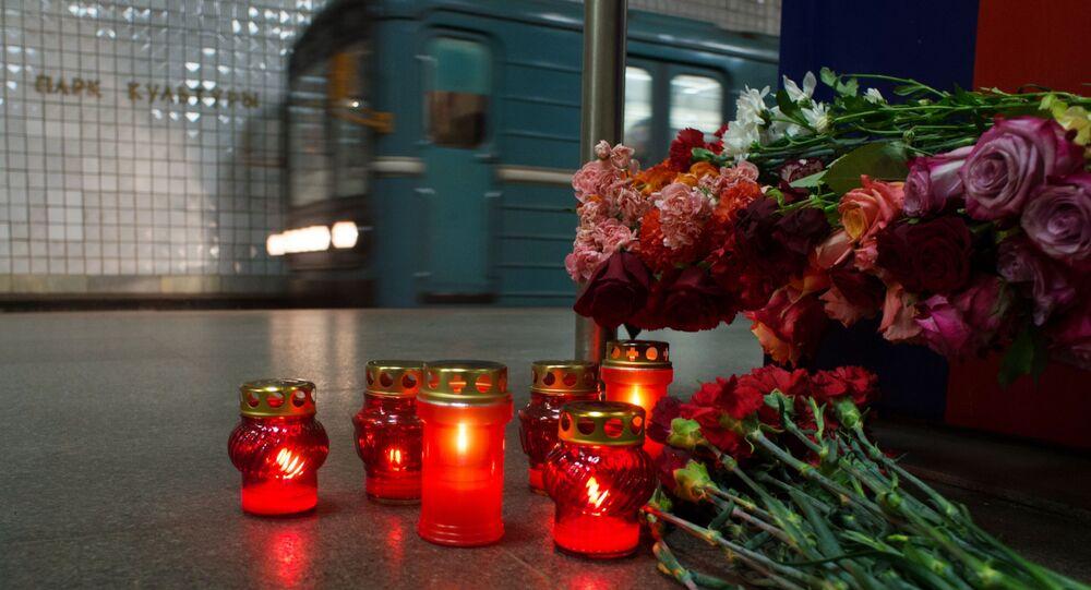 Kwiaty na stacji metra Park Kultury w Moskwie ku pamięci ofiar zamachu z 29 marca 2010 roku