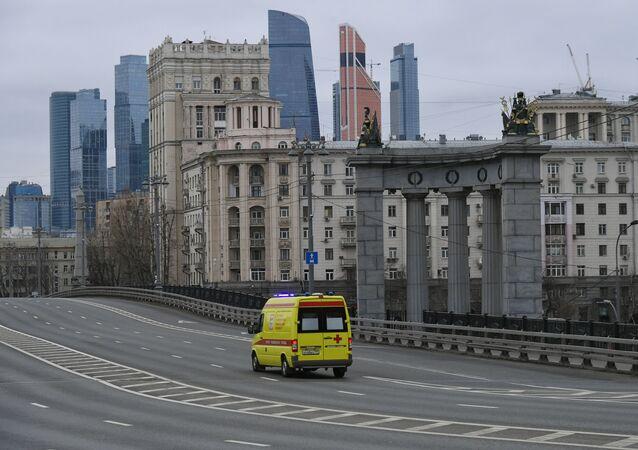 Karetka pogotowia na opuszczonych ulicach Moskwy