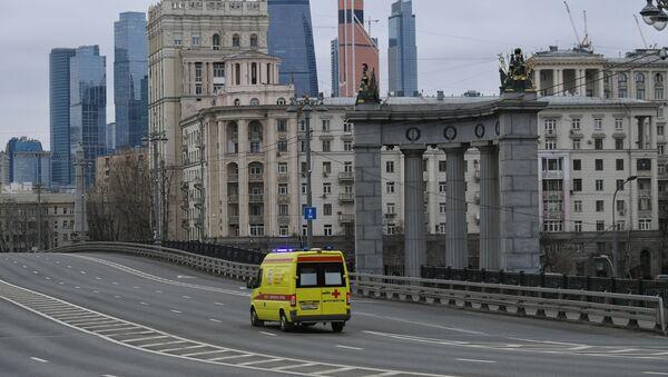 Karetka pogotowia na opuszczonych ulicach Moskwy  - Sputnik Polska
