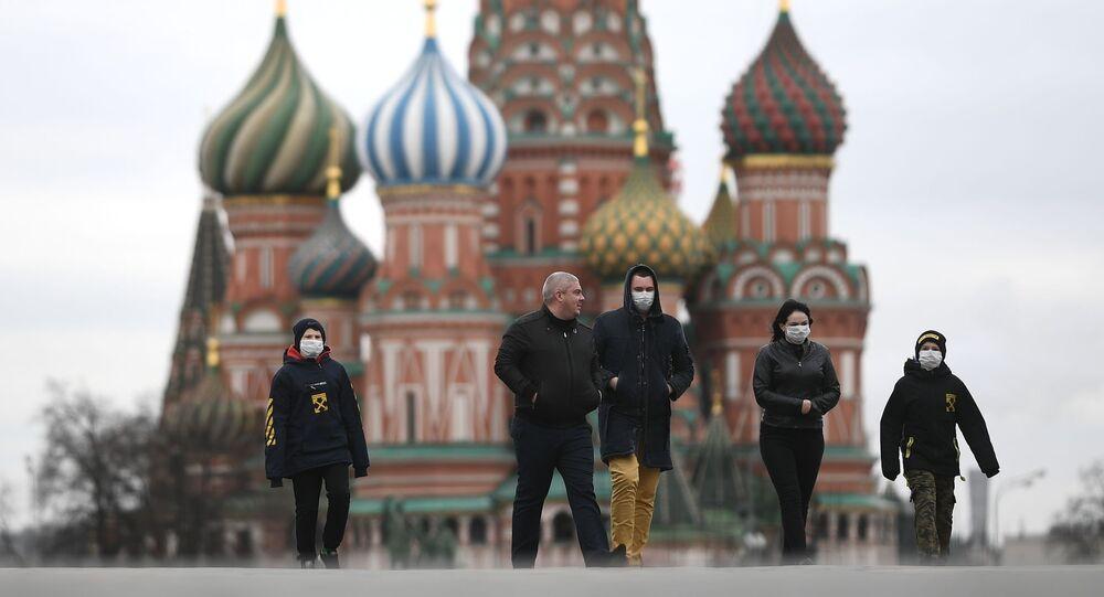 Ludzie w maskach medycznych na Placu Czerwonym