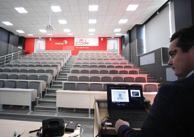 """Wykładowca podczas wykładu online w pustej sali Narodowego Badawczego Uniwersytetu Technicznego """"MISiS"""""""
