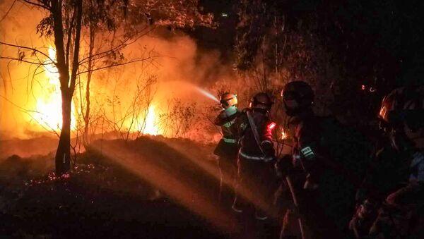 Strażacy gaszą ogień w prowincji Syczuan, Chiny - Sputnik Polska