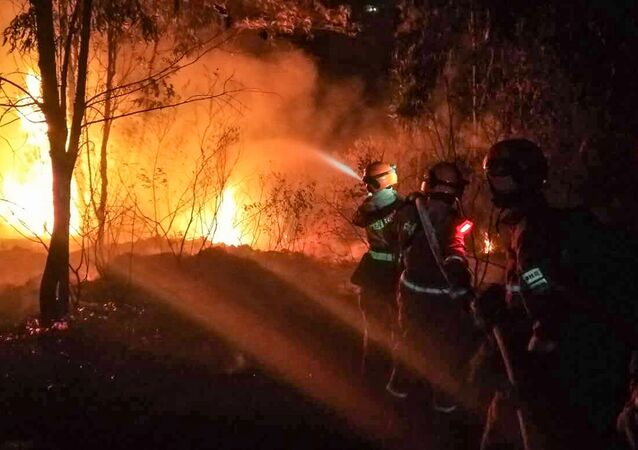 Strażacy gaszą ogień w prowincji Syczuan, Chiny