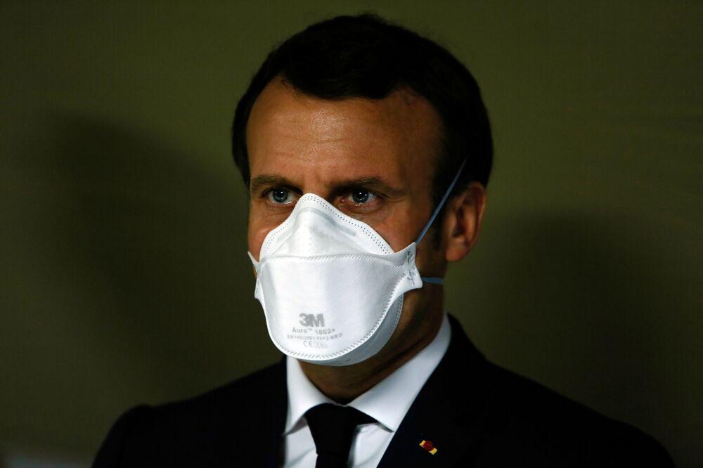 Prezydent Francji Emmanuel Macron w masce medycznej
