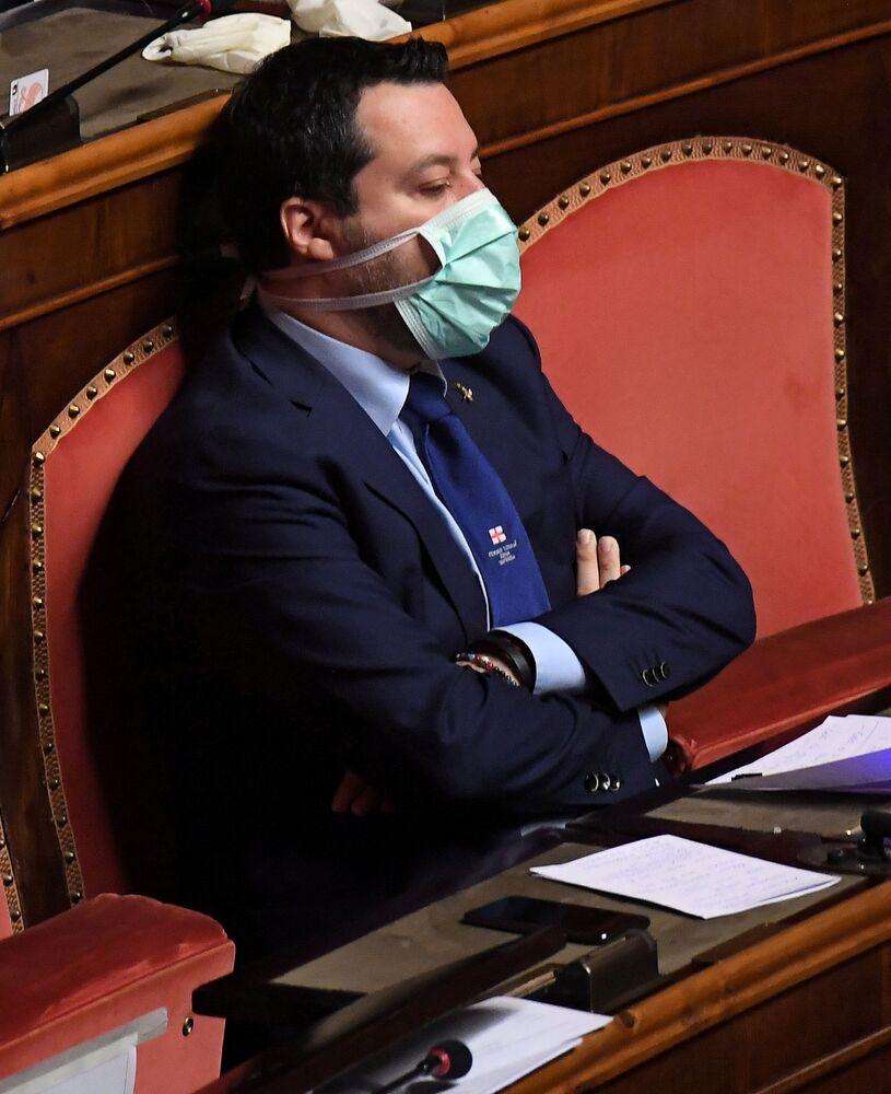 Lider najpopularniejszej włoskiej partii politycznej Liga, były wicepremier Matteo Salvini w masce medycznej