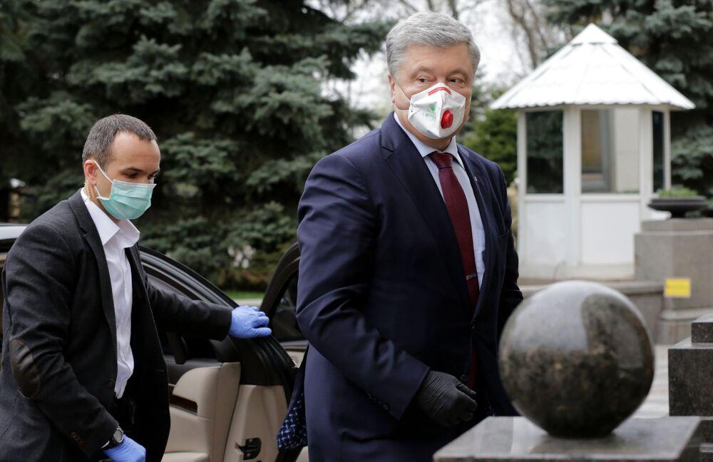Były ukraiński prezydent Petro Poroszenko w masce medycznej