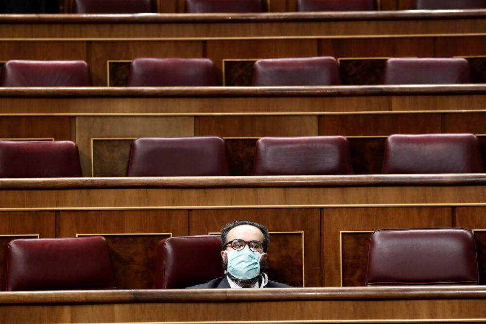 Hiszpański polityk Jose Maria Sanchez Garcia w medycznej masce