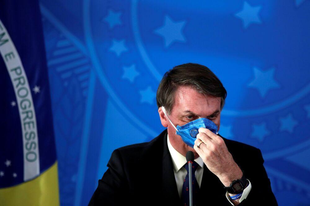 Prezydent Brazylii Jair Bolsonaro w masce medycznej