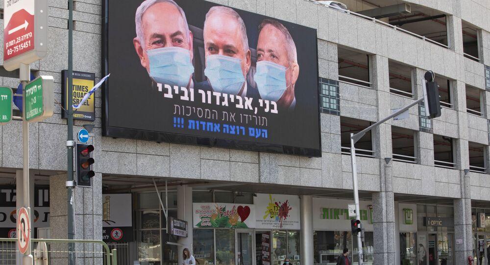 Plakat z wizerunkiem premiera Binjamina Netanjahu w masce w Izraelu