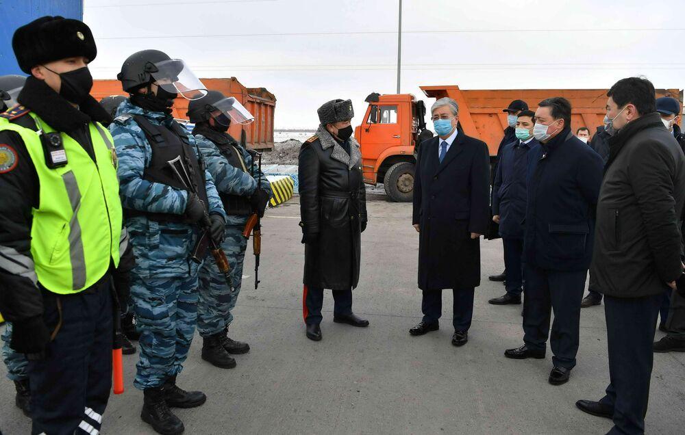 Prezydent Kazachstanu Kasym-Żomart Tokajew w masce medycznej