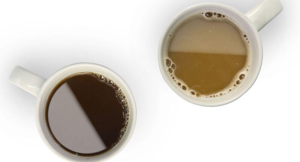 Kubki z gorącą kawą i herbatą