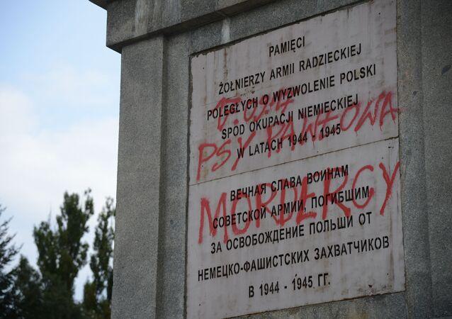 Pomnik na cmentarzu żołnierzy radzieckich w Warszawie, zdewastowany przez nieznanych wandali