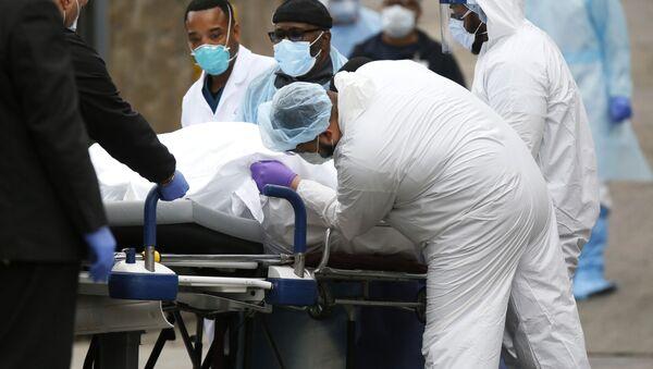Lekarze przewożą zmarłą na koronowirusa osobę w szpitalu w Brooklyne  - Sputnik Polska