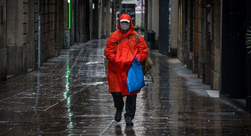 Mężczyzna w masce ochronnej na ulicy Barcelony