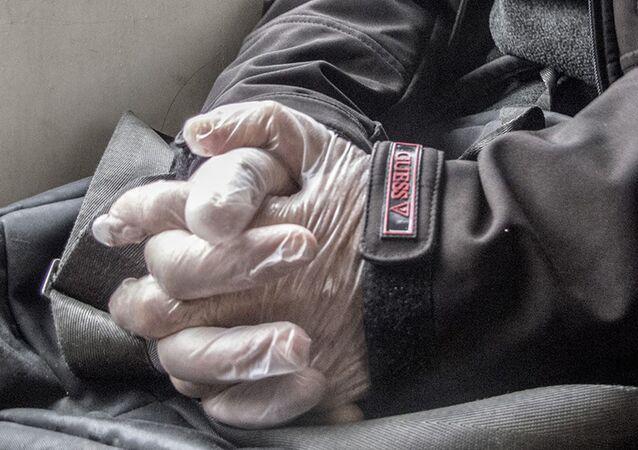Mężczyzna w rękawiczkach