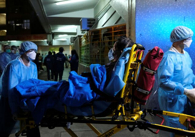 Zespół pogotowia zabiera pacjenta do szpitala w Hongkongu